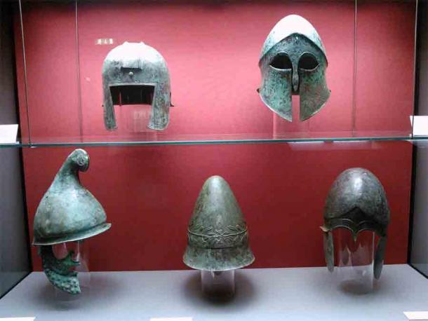 Cascos griegos antiguos: Arriba (de izquierda a derecha): casco tipo ilirio, casco corintio. Abajo (de izquierda a derecha): casco tipo frigio, Pileus, casco calcidio. (Staatliche Antikensammlungen / CC BY-SA 4.0)