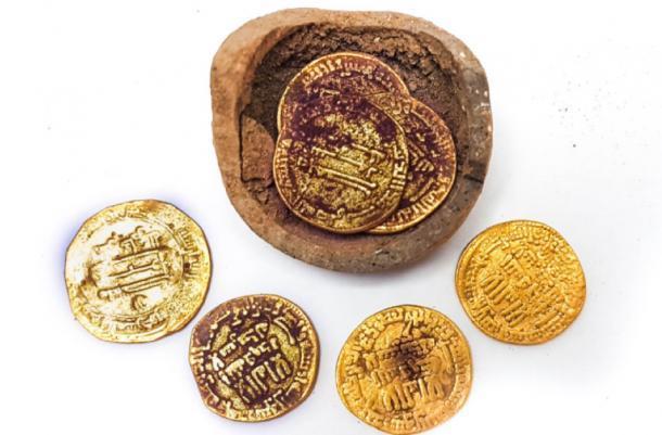 El tesoro de monedas de oro descubiertas en Yavne. Fuente: Liat Nadav-Ziv / Autoridad de Antigüedades de Israel.