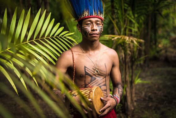 Hombre indígena en la selva de brasil. (filipefrazao / adobe)