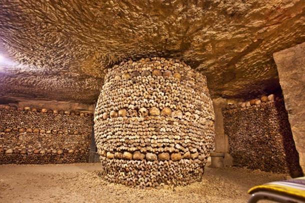 Huesos y cráneos dispuestos en una columna en una catacumba. (Guy Bryant / Adobe)