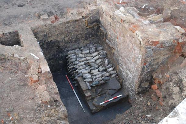 Se han encontrado cientos de botellas de cerveza venenosa en el sitio en Leeds, Inglaterra. (Servicios Arqueológicos WYAS)