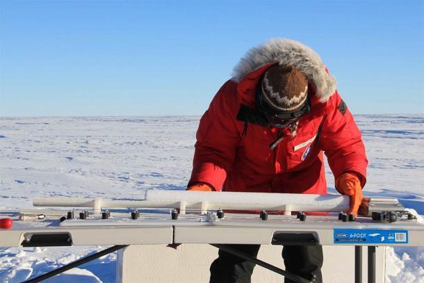 Trabajar con núcleos de hielo como los de Groenlandia solía datar la mega erupción de Ilopango y el enfriamiento global que causó en 431 d.C. (NASA ICE / CC BY 2.0)