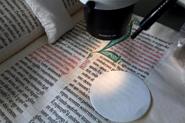 Un manuscrito iluminado de la Edad Media. Uno de estos manuscritos incluía la receta para recrear la tinta azul medieval. (Paula Nabais y otros /NOLA)