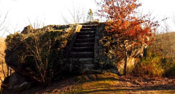 Pasos que conducen a un altar de roca etrusco. Fuente: Proyecto Tuscia