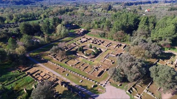 Foto aérea de aviones no tripulados de las fascinantes ruinas de la antigua Olimpia, lugar de nacimiento de los Juegos Olímpicos. (dron aéreo / Adobe Stock)