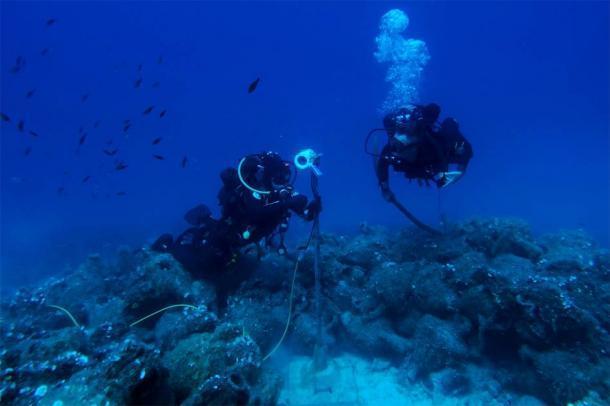Buzos en una de las ubicaciones de robots de IA bajo el agua con innumerables ánforas en el fondo del mar. (NOUS)