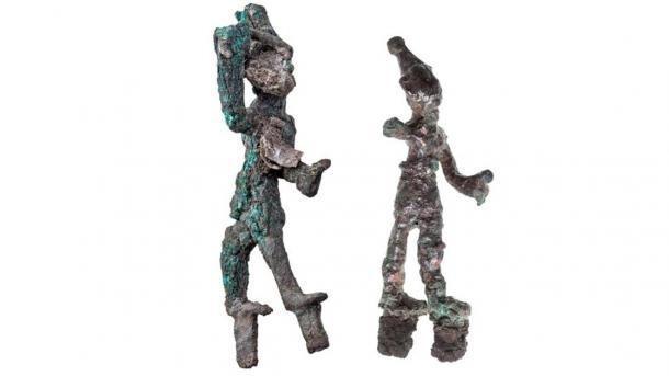 Dos figuritas diminutas que representan 'dioses que golpean' (podrían ser Baal y Resheph) que se encontraron junto al altar del templo cananeo. (Tal Rogovski / Universidad Hebrea de Jerusalén)
