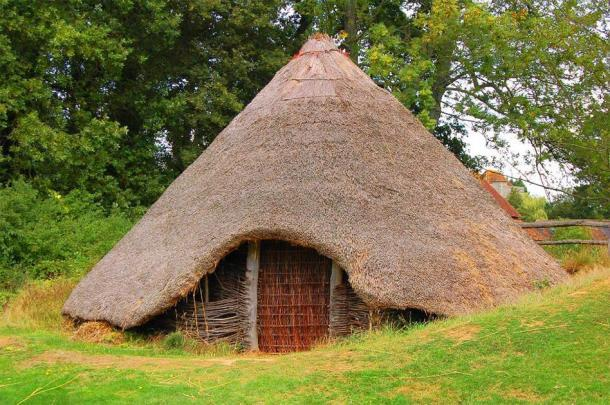 Una reconstrucción de una casa circular británica de la Edad del Bronce / Hierro. (Mark_M / CC BY 2.0) A veces se enterraban restos humanos en las casas de los vivos.