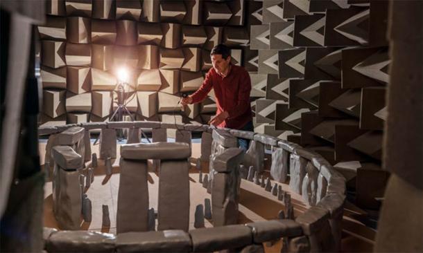 Trevor Cox, un ingeniero acústico, trabaja con un modelo a escala 3D de Stonehenge dentro de una cámara de sonido en la Universidad de Salford. (Centro de Investigación Acústica / Universidad de Salford)