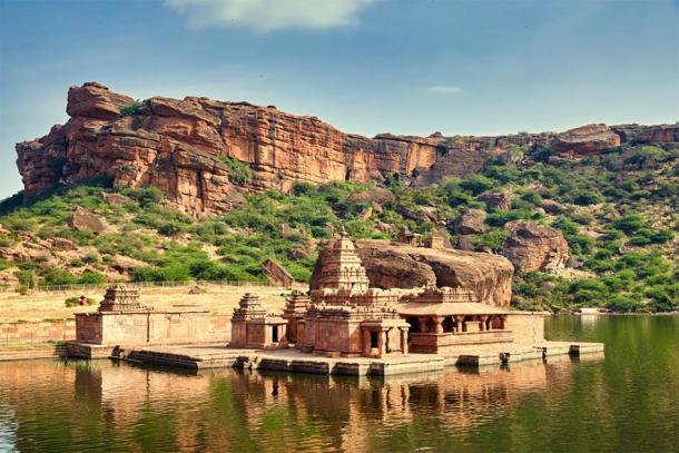Badami, en el estado sureño de Karnataka, es una ciudad venerada por su impresionante cueva excavada en la roca y sus templos estructurales Chalukya. (Yevgen / Adobe Stock)