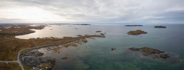 Vista aérea panorámica de L'Anse aux Meadows, un sitio arqueológico ubicado en el extremo norte de la isla de Terranova. La evidencia de una presencia nórdica se descubrió allí en la década de 1960, la única de su tipo en América del Norte. (edb3_16 / Adobe Stock)
