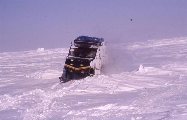 Viajando en motos de nieve Bombardier desde Rankin Inlet, Nunavut hasta Churchill Manitoba. (Imagen cortesía de Andy Turnbull)