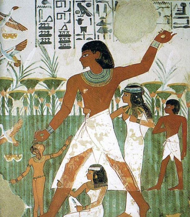 La tilapia era una característica de la vida tal que incluso tenía su propio jeroglífico, como puede verse justo encima de la cabeza de la figura central en esta imagen de la Tumba de Nakht. (Dominio público)