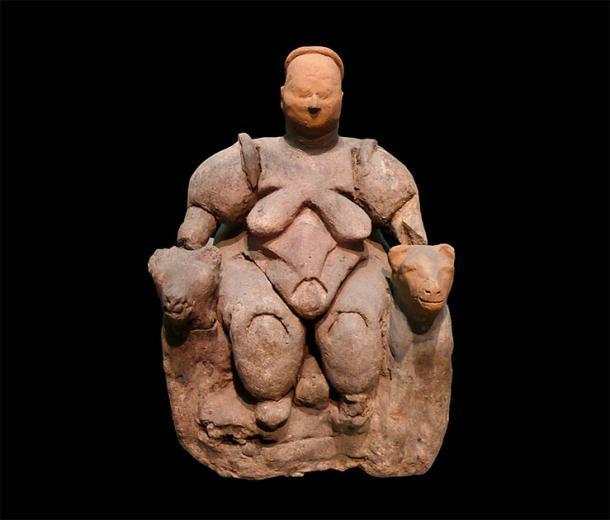 La estatuilla de arcilla de la diosa Grimaldi, desenterrada en el asentamiento neolítico de Çatal Hüyük en Turquía, se remonta aproximadamente al 6000 a. C. y representa a una mujer sentada de Çatalhöyük. La autora argumenta que las dos enormes bestias con forma de perro que se sientan a su lado podrían ocultar secretos relacionados con el papel de las mujeres en la domesticación de perros. Se encuentra en el Museo de Civilizaciones de Anatolia en Ankara, Turquía. (Nevit Dilmen / CC BY-SA 3.0)