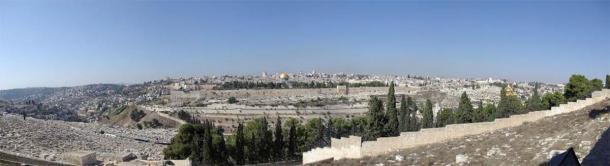 Panorama de la Ciudad Vieja de Jerusalén, mirando al oeste desde el Monte de los Olivos a través del Valle de Kidron. El Monte del Templo ocupa la mayor parte de la imagen, desde la Mezquita Al-Aqsa, en el extremo izquierdo, hasta la Cúpula de la Roca, en la cima dorada, en el extremo derecho donde se detienen los árboles. Este es el lugar en el que millones de personas creen que el Mesías regresará y que pronto tendrá lugar el Fin de los Tiempos. (Dominio público)