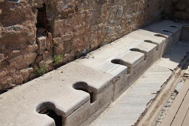 Un antiguo baño público de la época romana temprana, que habría sido una excelente fuente de bacterias intestinales medievales. Fuente: cascoly2 / Adobe Stock