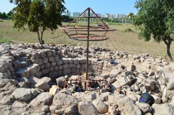Los contornos emergentes de la tumba conmemorativa del antiguo poeta griego Aratus. (Greek City Times)