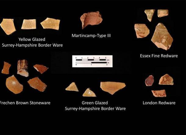 Fragmentos de cerámica inglesa temprana que fueron encontrados en el condado de Bertie, Virginia por arqueólogos que trabajan con la First Colony Foundation, que son la principal evidencia de la última teoría de la colonia de Roanoke. ( Fundación Primera Colonia )