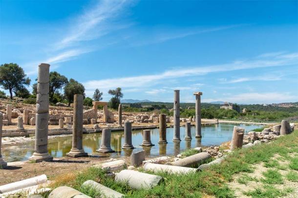 Las antiguas ruinas de Patara, donde recientemente se encontró el altar de la serpiente griega de mármol casi perfecto. (Scottiebumich / Adobe Stock)