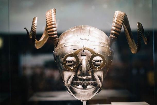 Se dice que el casco con cuernos perteneció a Enrique VIII (Paúl Hudson: CC BY 2.0)