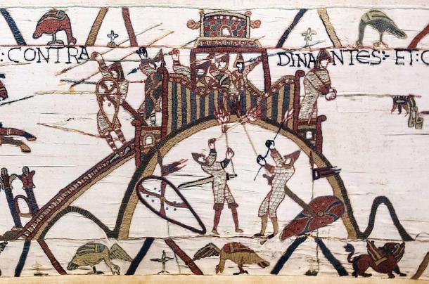 El tapiz de Bayeux contiene una de las primeras representaciones de un castillo. Representa a los atacantes del castillo de Dinan en Francia usando re, una de las amenazas a los castillos de madera. Dominio público
