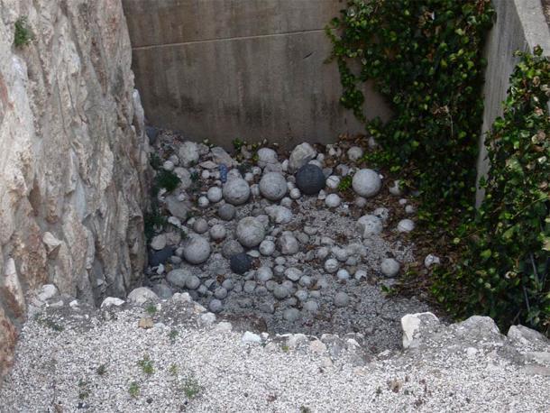 Piedras Ballista en un sitio antiguo en Jerusalén. (brionv de San Francisco, Estados Unidos / CC BY-SA 2.0)