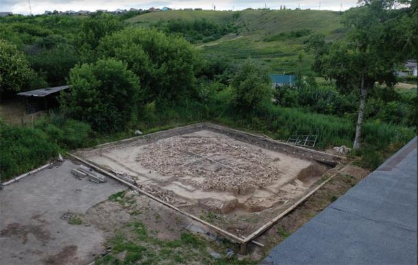 Fotografía de los restos del monumento gigantesco, tomada desde el techo del museo en 2017. Las dos escalas visibles (centro) tienen 5 y 6 metros de largo / (Imagen: a. E. Dudin / Antiquity Publications Ltd)