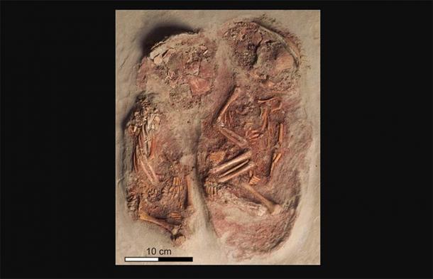 Contexto del entierro y ajuar funerario en el sitio de Krems-Wachtberg en Austria. La evidencia de ADN ahora ha identificado que el entierro del bebé es uno de los primeros restos de gemelos descubiertos hasta la fecha. (Museo de Historia Natural de Viena)