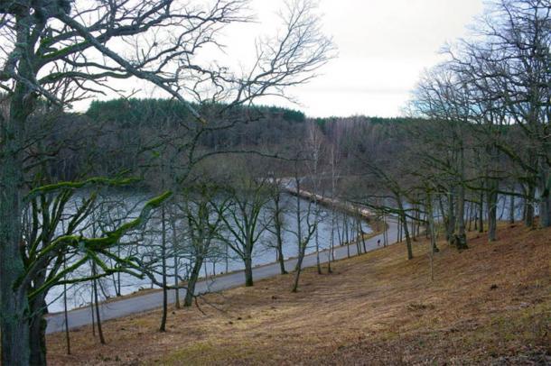 Puente del lago Asveja visto desde la colina del castillo Dubingiai. (Julio / CC BY SA 3.0)