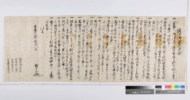 La carta del señor del clan Hosokawa que detalla los artículos a seguir cuando se trabaja o se reúne con samuráis de otros clanes en Edo Japón durante una reconstrucción importante del castillo de Sunpu. (Profesor Tsuguharu Inaba / Universidad de Kumamoto)