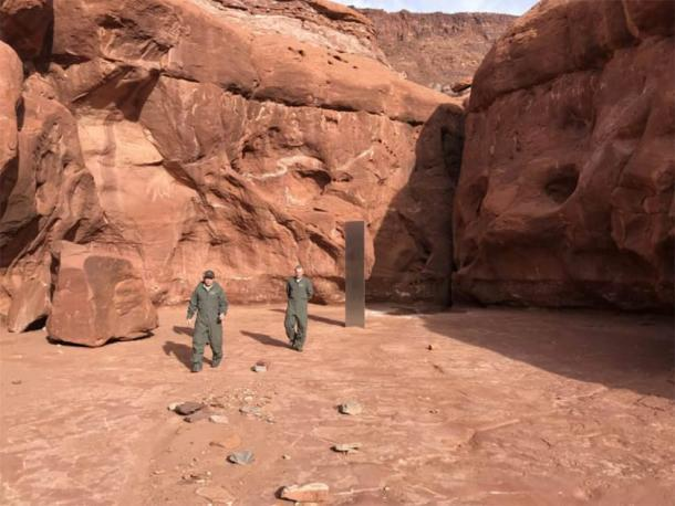 Funcionarios de Utah alejándose del extraño monolito de metal. (Departamento de Seguridad Pública de Utah)
