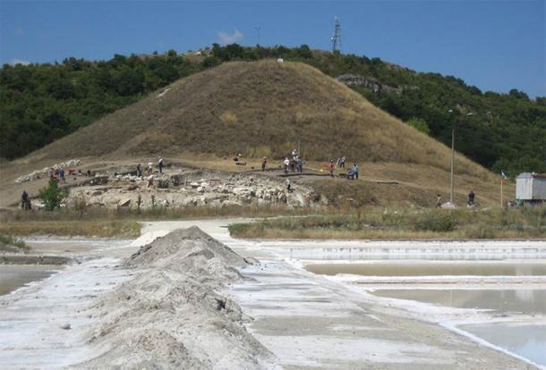 Provadia-Saltworks cuentan durante las excavaciones en 2008. Un nuevo descubrimiento de lo que parece ser una representación de algún tipo de dios de la sal. (Revistas Nikolov / OpenEdition)