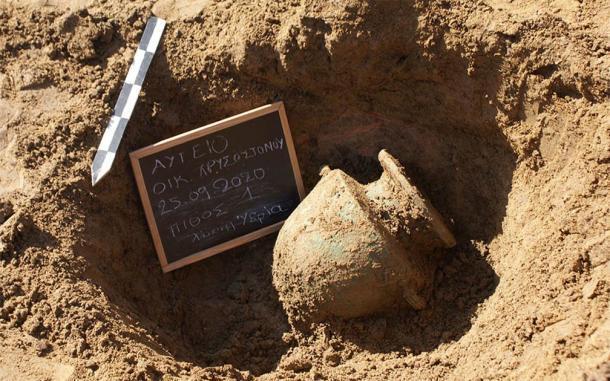 La excavación arqueológica descubrió una urna de bronce dentro de la Necrópolis de Elis. (Eforato de Antigüedades de Ilia / Ministerio de Cultura y Deportes de Grecia)