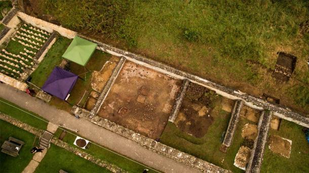 El sitio de la villa romana de Chedworth donde se encontró el mosaico (a la derecha de las cubiertas de la tienda). (National Trust)