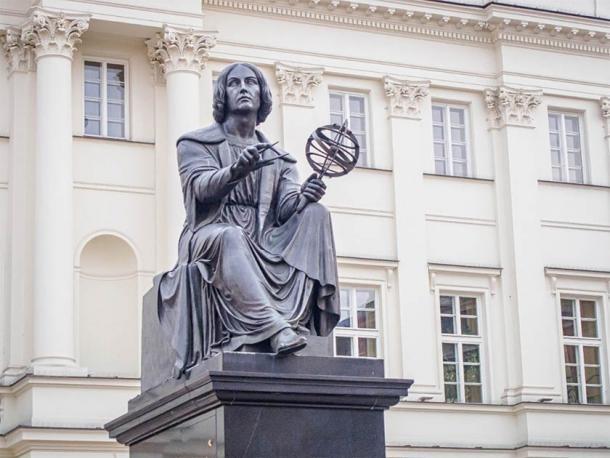 Monumento a Nicolás Copérnico (por Bertel Thorvaldsen) en Varsovia, Polonia, de pie frente al Palacio Staszic, sede de la Academia de Ciencias de Polonia. (Belogorodov / Adobe Stock)