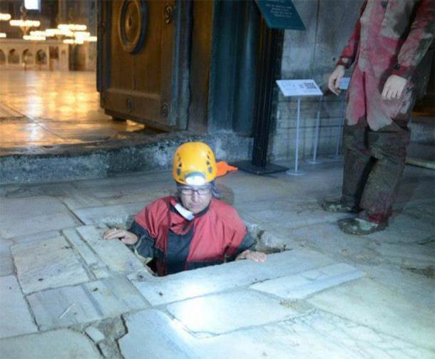 Un arqueólogo que desciende por debajo del piso principal de Hagia Sophia a los reinos subterráneos de abajo. (Debajo de Hagia Sophia)