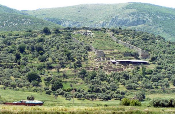 La zona superior de la ladera de Metrópolis donde se descubrieron recientemente las cisternas de agua. (DiaboloDave en Wikipedia en inglés / dominio público)