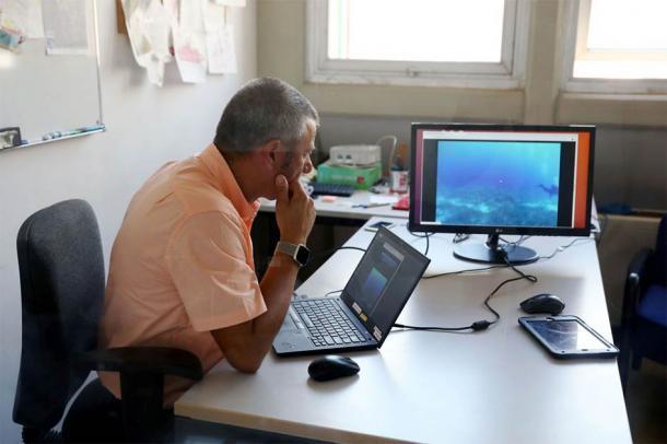 El investigador principal, George Papalambrou, observa el sitio donde los robots submarinos de IA hacen guardia (NOUS)
