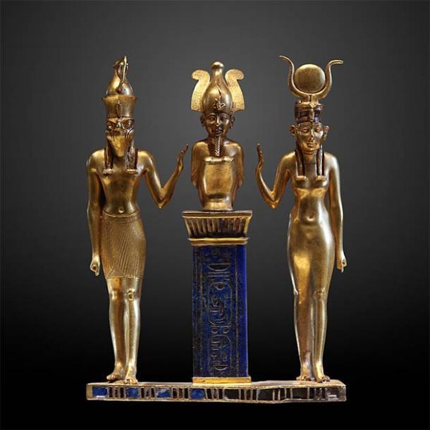 La familia de Osiris: Osiris en un pilar de lapislázuli en el medio, flanqueado por Horus a la izquierda e Isis a la derecha (Museo del Louvre / CC BY-SA 2.0 FR)