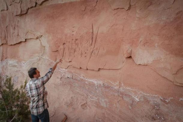 Un arqueólogo polaco que analiza parte del arte rupestre del pueblo Puebloan encontrado en el sitio de Mesa Verde en Colorado. (Universidad Jagiellonian)