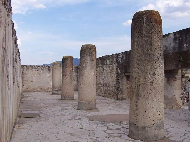 """""""Grupo de las Columnas"""" o """"Grupo de Columnas"""", uno de los cinco grupos principales de estructuras en Mitla. ¡Estas columnas son idénticas en todos los sentidos a la Columna de la Muerte """"real""""! (Alberto Talavera Ortiz / CC BY-SA 3.0)"""