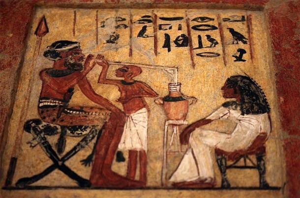 Estela del Nuevo Reino de Egipto que muestra a una persona bebiendo cerveza. (Vassil / CC0)