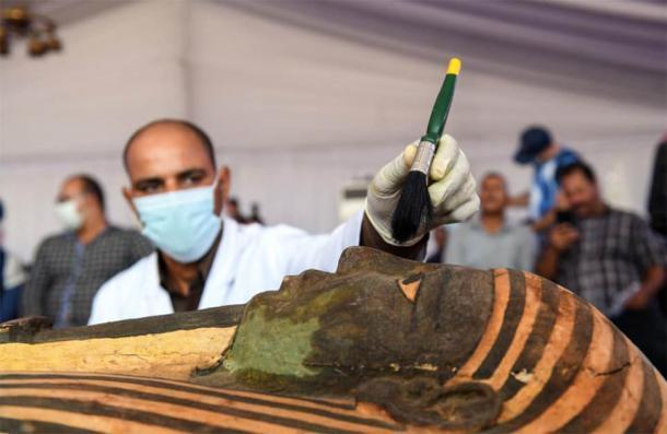 El exterior de madera pintada, en excelentes condiciones, de una de las muchas nuevas momias egipcias descubiertas recientemente en Saqqara, Egipto. (Ministerio de Turismo y Antigüedades)