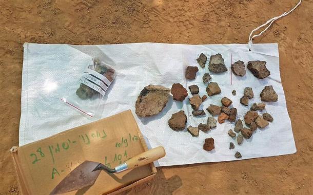 Algunos de los fragmentos de crisol y trozos de escoria de cobre encontrados en el sitio de excavación del horno de metal avanzado en el sur de Israel. (Anat Rasiuk / Autoridad de Antigüedades de Israel)