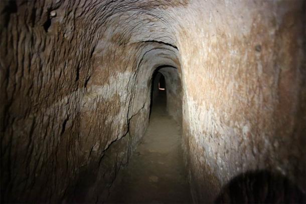 Túnel del acueducto excavado en la roca en Tiermes. (javiermato / Adobe Stock)