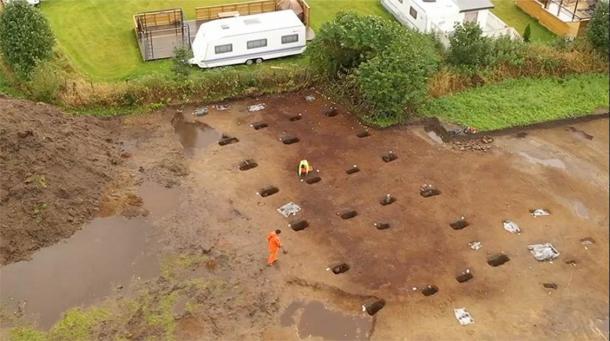 El sitio de excavación en Noruega que muestra el contorno de la estructura de soporte. (Museo de la Universidad de Bergen)