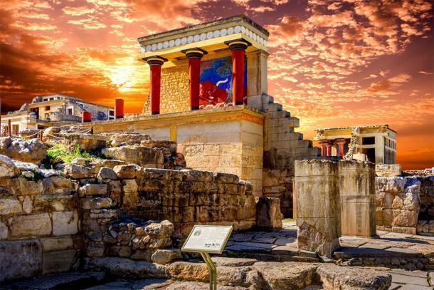 La entrada norte del Palacio de Knossos y el toro cargando fresco en Creta, Grecia. (gatsi / Adobe Stock )