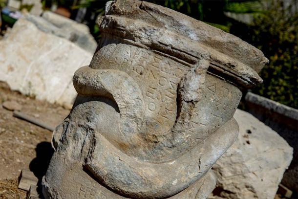 Un primer plano del altar de la serpiente griega encontrado recientemente en Patara, Turquía, que muestra la escritura griega en el altar con mayor claridad. (AA)