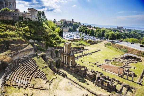 Vista del antiguo teatro romano en Volterra, Italia (imagedb.com / Adobe Stock)