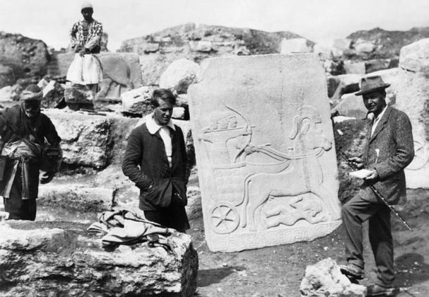 E. Lawrence con Leonard Woolley, director arqueólogo, mostrando una placa de piedra Hitita en la excavación del yacimiento de Karkemish (Wikimedia Commons)